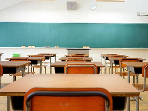 School classroom in Japan / 学校の明るい教室と黒板(